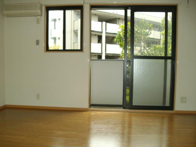 セレニティーホームズC 102号室のリビング