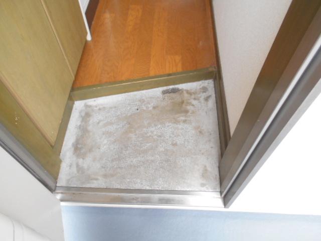 フラット・ニフティー 103号室の玄関