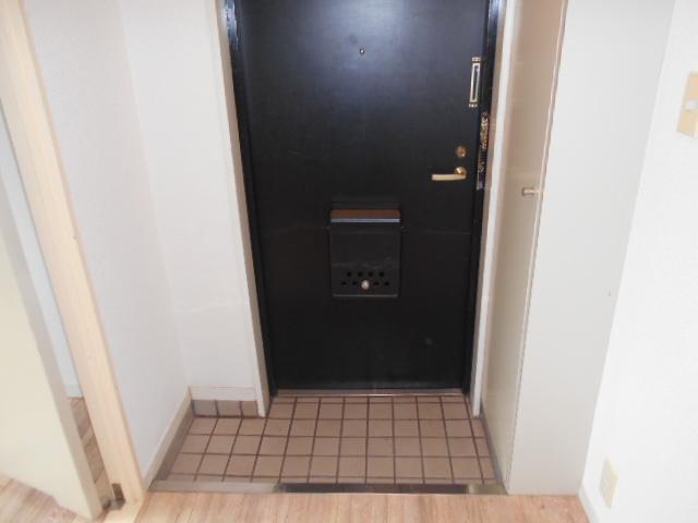 カステルセゾン 301号室の玄関