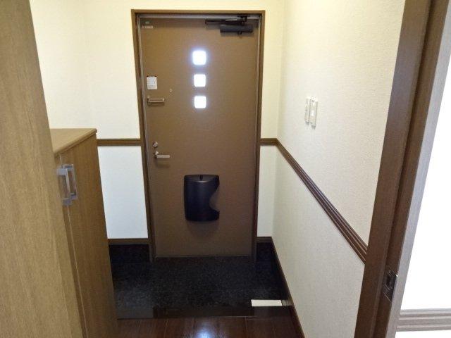 コンフォース鳩山 00101号室の玄関