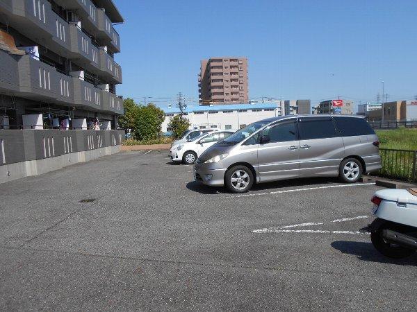 スターライトM 302号室の駐車場