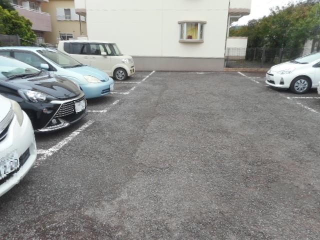 グランシャリオ竜南 103号室の駐車場