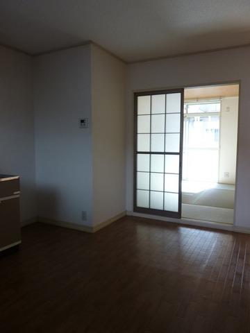 リバーサイド戸田A 102号室のリビング