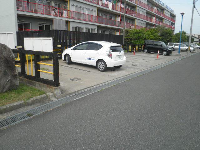 ワイズタウン 2棟 303号室の駐車場