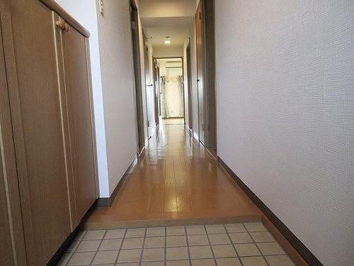 シェルモール采女 303号室の玄関