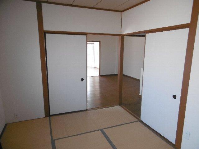 服部マンション 301号室のリビング
