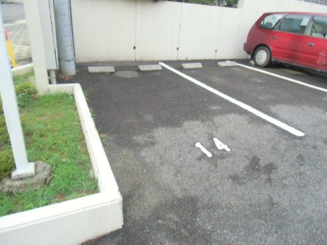 緑ヶ岡マンション 203号室の駐車場