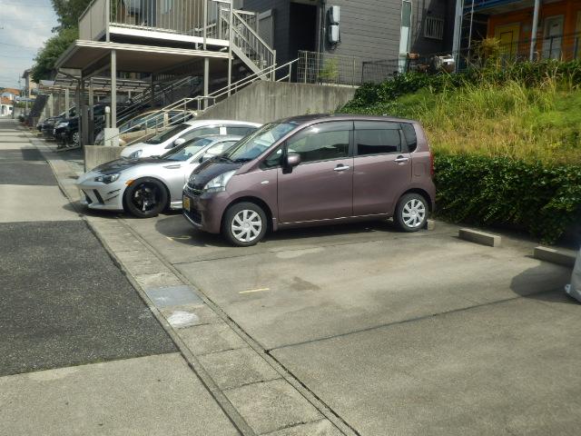 フラット若田 203号室の駐車場