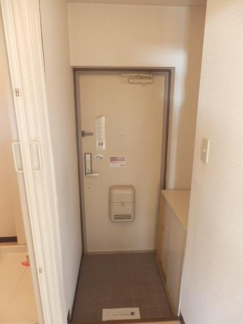 マンションカズ 406号室の玄関
