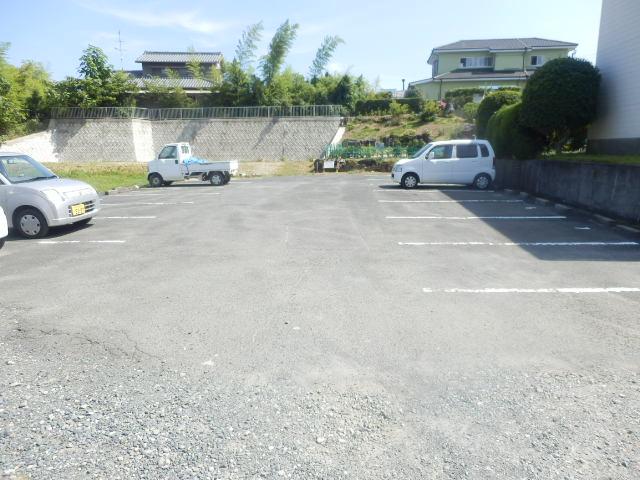グリーンハイツ安座Ⅱ 201号室の駐車場