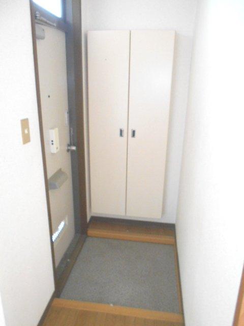 シャトル 201号室の玄関