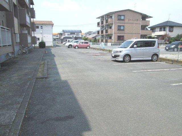 マンションストークV 101号室の駐車場