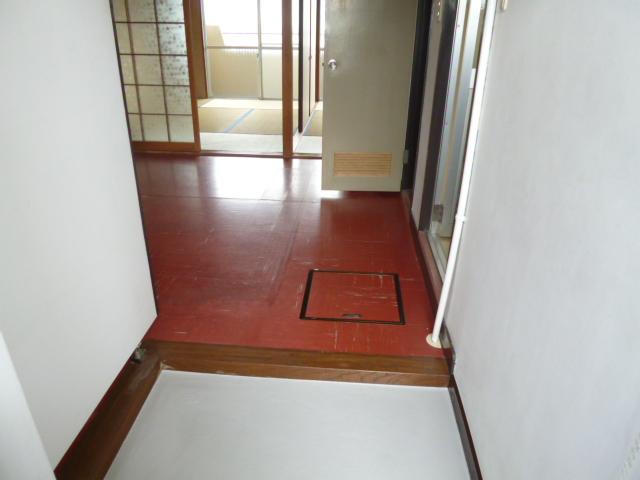 山王運輸ビル 7B号室の玄関