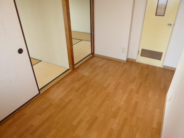 ヴィラ・ノバク 402号室の玄関