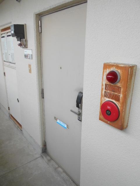 上島コモンコートD棟 203号室のエントランス