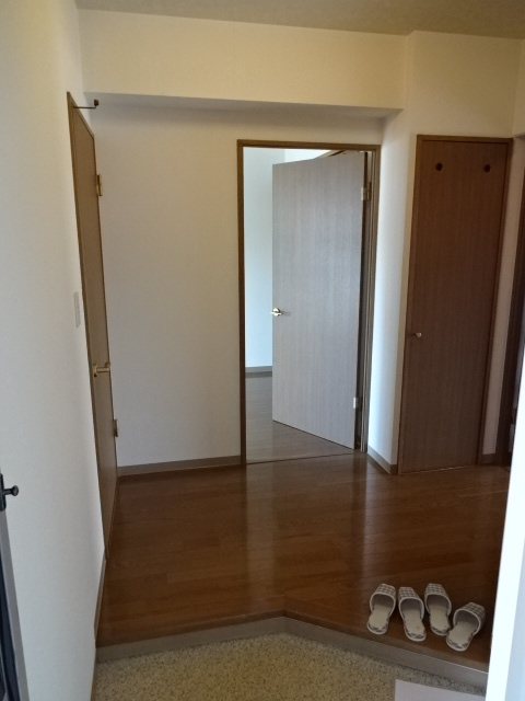 グランドール領家 402号室の玄関