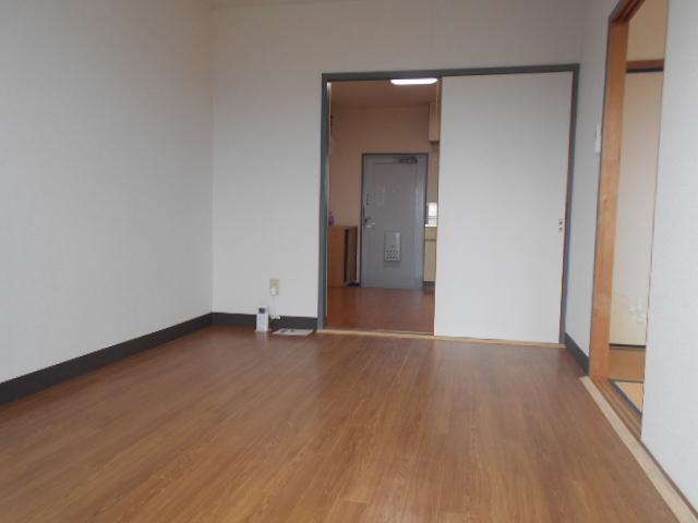 シルキーマンション 402号室のリビング