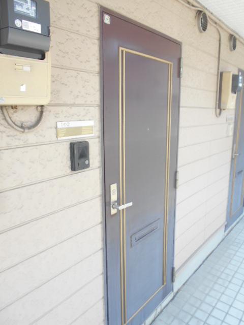 ホルスコート 102号室のエントランス