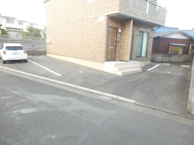 リヴェールあけぼの 201号室の駐車場