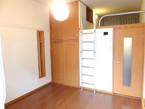 レオパレスユズ 104号室のベッドルーム
