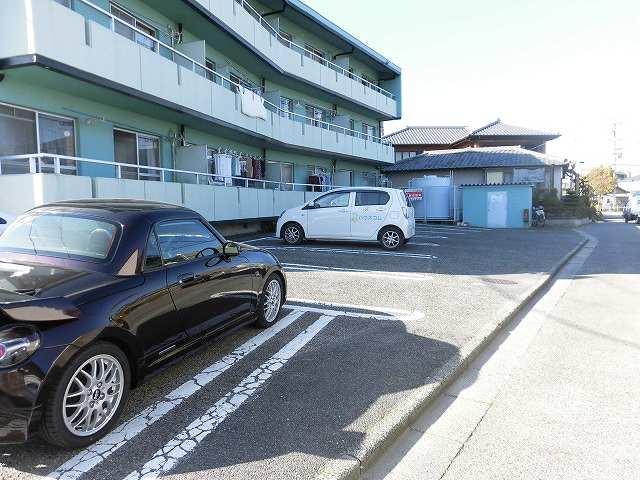 アーバンフジミ 302号室の駐車場