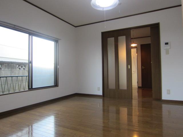 サンコーポヤマブン 201号室のリビング