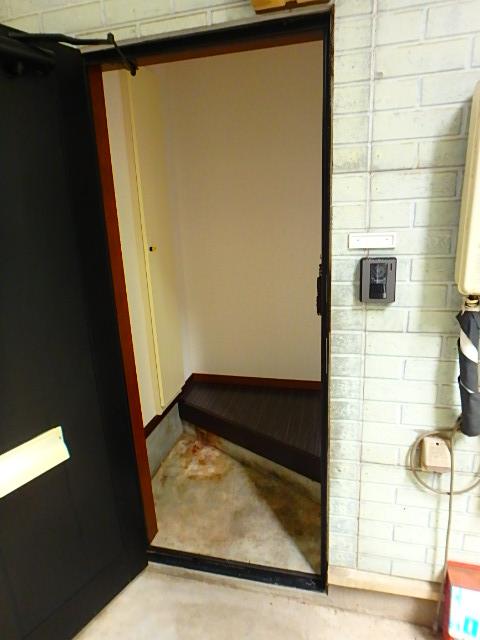 ドールハウス B101号室の玄関