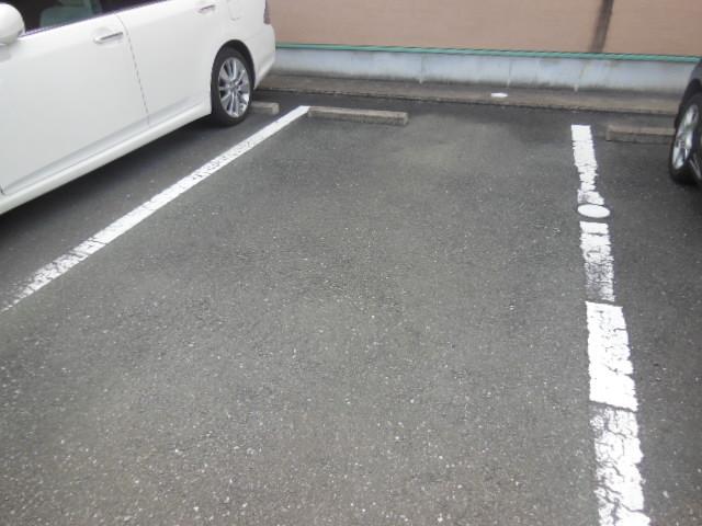 ラフォーレ新屋敷 102号室の駐車場