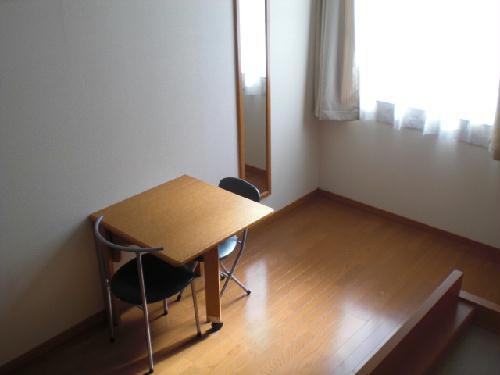 レオパレスフローラ 101号室の居室