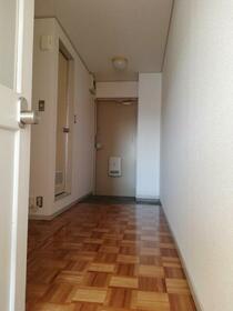 ホワイトビラハヤシ 201号室の玄関
