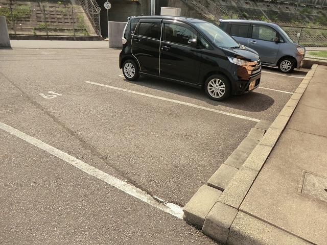 ユートピア東照苑 3-A号室の駐車場