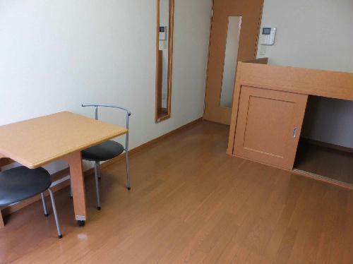 レオパレスミュニA 201号室の居室