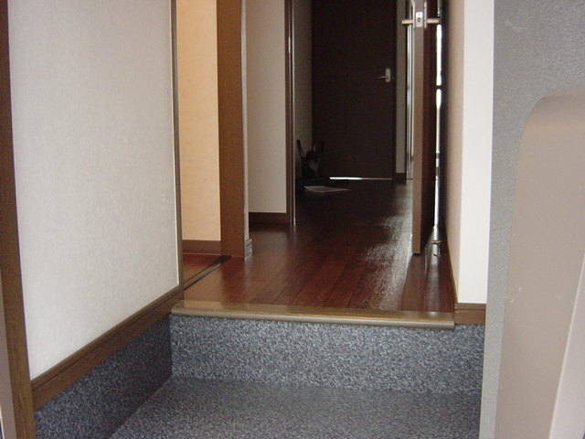 インペリアルコート岡田 202号室の玄関