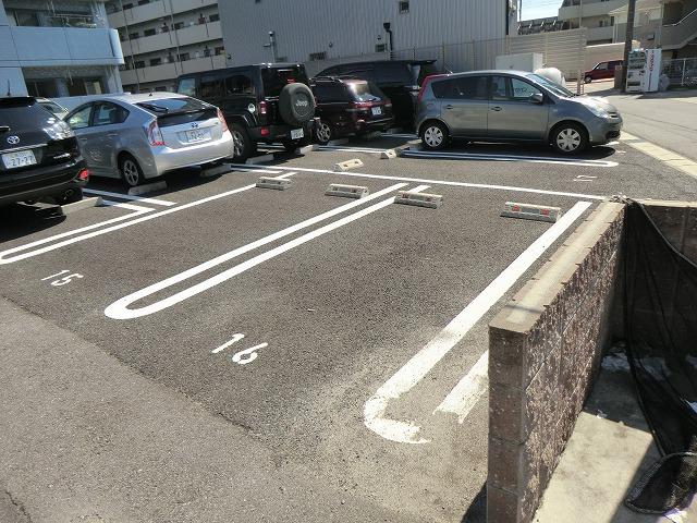 プレイン安城 204号室の駐車場