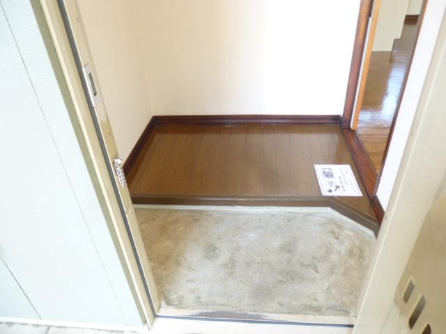ファーストアベニュー 101号室の玄関