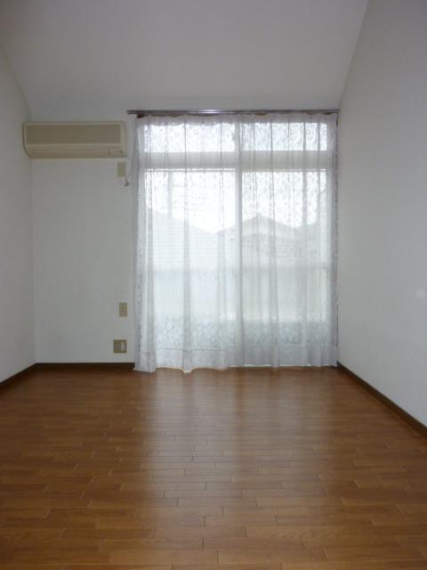 ホワイトハイム1号棟 202号室のリビング