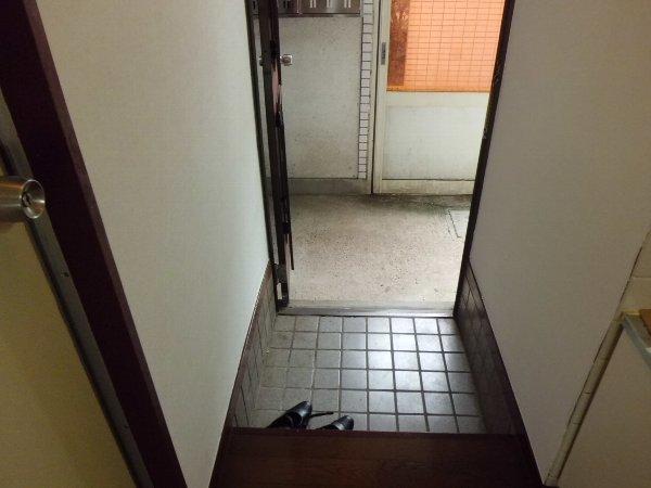 コスモス朝比奈 102号室の玄関