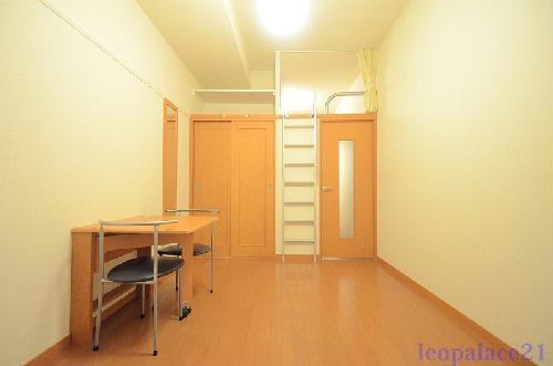 レオパレスフレア 102号室のリビング