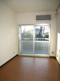 スカイコート横浜富岡 409号室のリビング
