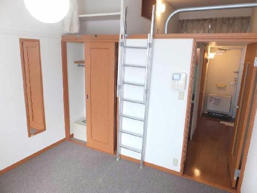 レオパレスフローラ 212号室のベッドルーム