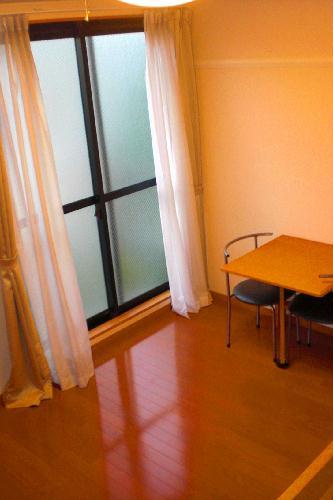 レオパレスフロスモア 102号室のリビング