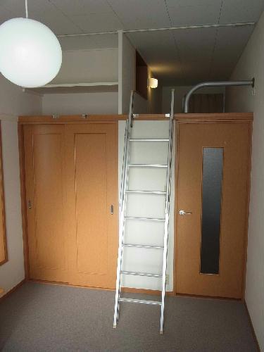 レオパレスクロスロード 201号室のベッドルーム