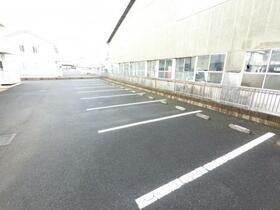 サンファースト E 102号室の駐車場