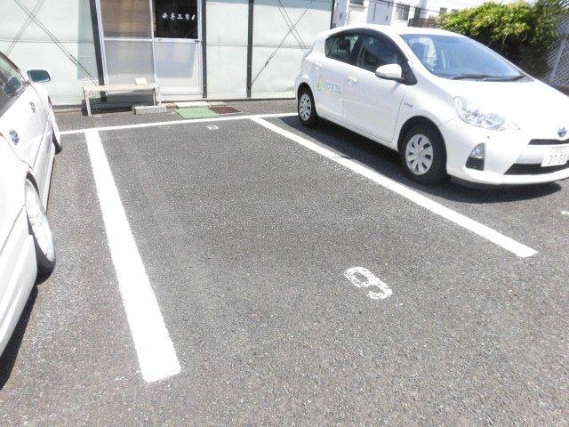 サマックスの駐車場