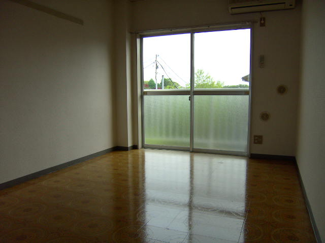 スリーハイム志村 202号室のリビング