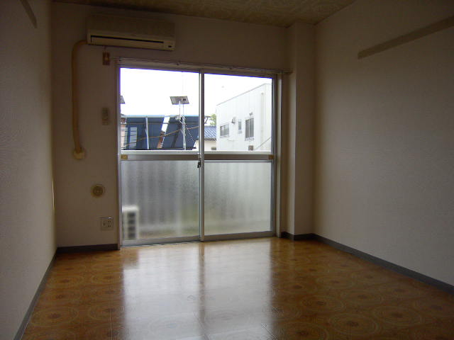 スリーハイム志村 203号室のリビング