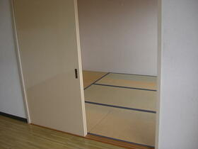 シャトル三ツ藤 203号室の居室