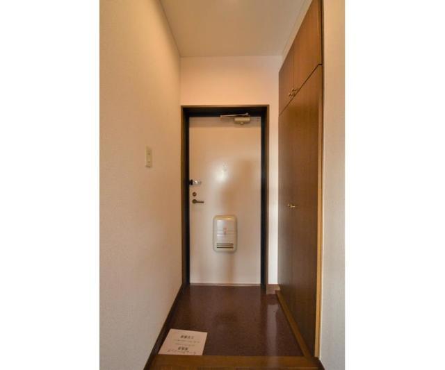 ウィスタリアガーデン 303号室の玄関