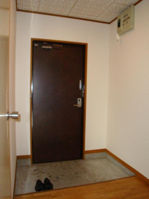 酒カネハイツ 102号室の玄関