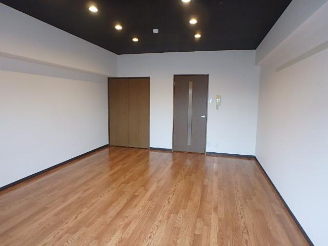サンライズ高畑 303号室のリビング